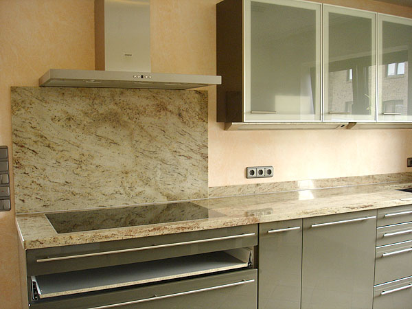 pin k che creme mit granit shivakashi und glasr ckwand rot. Black Bedroom Furniture Sets. Home Design Ideas